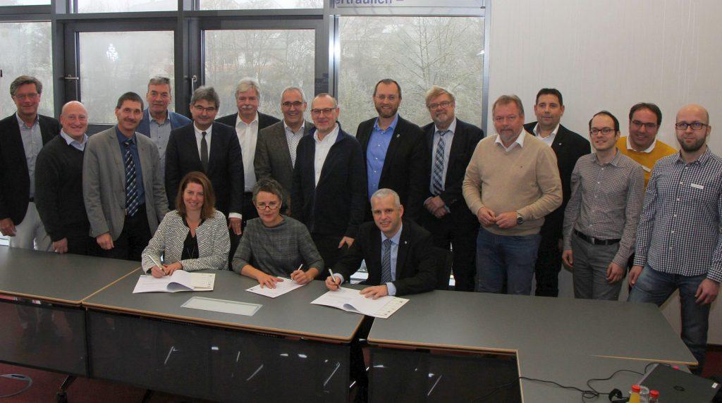 16 Herren und 2 Damen (darunter die Landrätin) bei der offiziellen Vertragsunterzeichung.