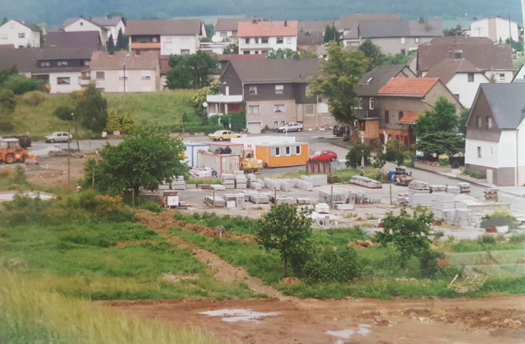 Historischer Blick zum Ortseingang Breidenstein wo seinerzeit das Material zum Bau des Hochwasserrückhaltebeckens gelagert wurde.
