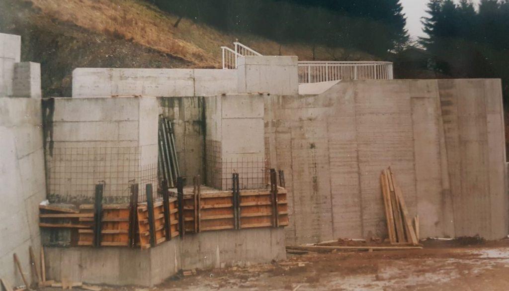 Ein Teil der Staumauer aus Betonteilen gefertigt.