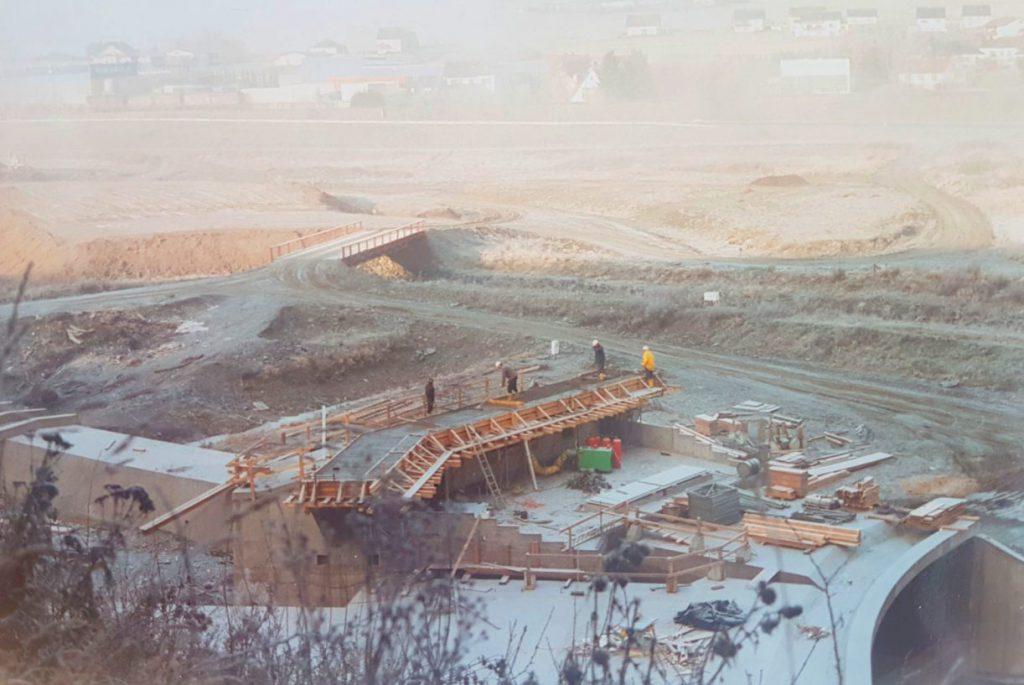 Blick ins Tal über die gesamte im Bau befindliche Anlage hinweg. Im Hintergrund, Teil des Ortes Breidenstein.