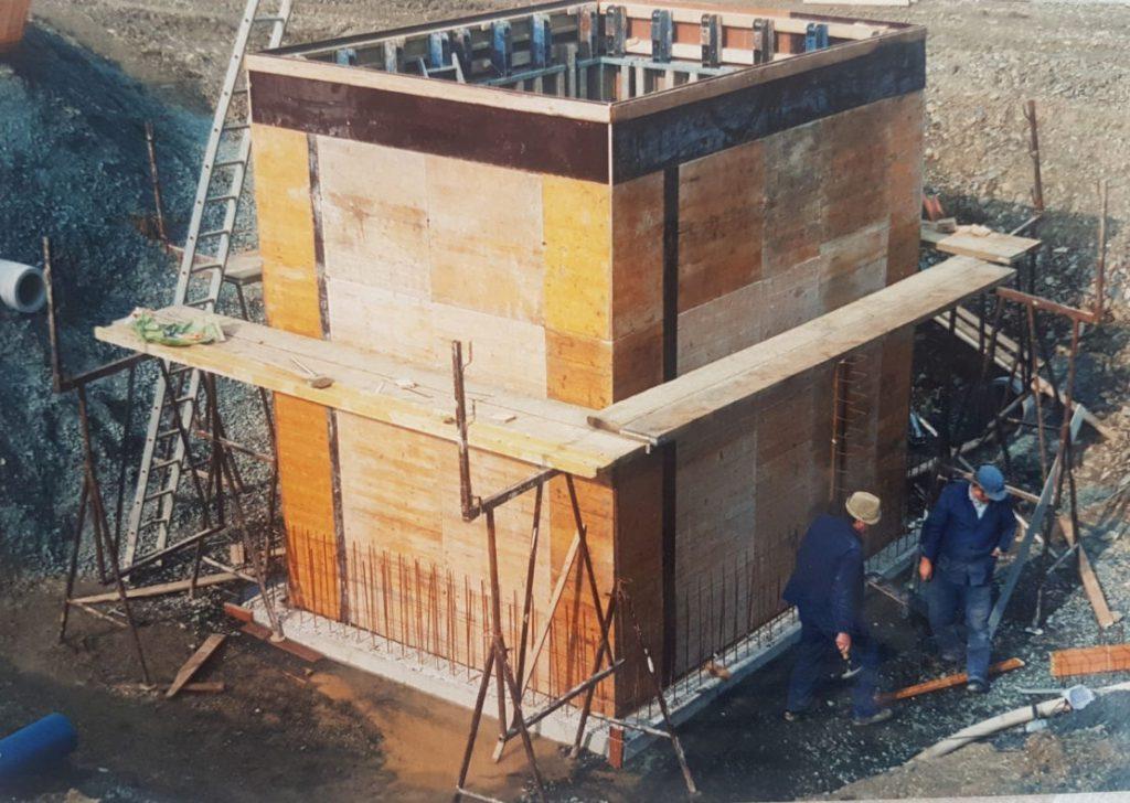 Historischer Blick zum Bau des Hochwasserrückhaltebeckens- hier  der Überlauf. Die Holzschalung für den Beton.