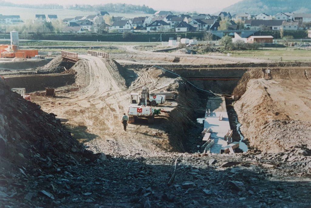 Die Arbeiten schreiten voran. Der Damm wird errichtet. Erdarbeiten wurden schon teils abgeschlossen.