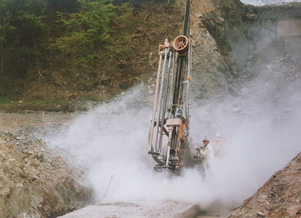 Ein überdimensionaler Presslufthammer ist im Einsatz. 2 Personen bedienen ihn.