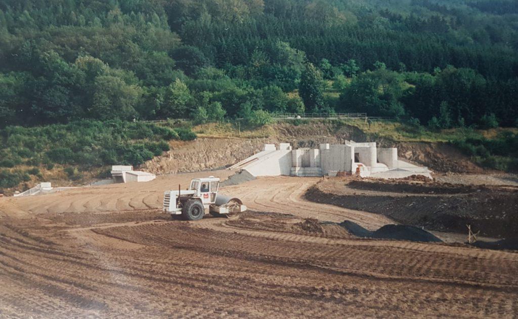 Historischer Blick zum Bau des Hochwasserrückhaltebeckens- hier   der hintere Bereich - Überlaufgedöns in Beton, also Rohbau.