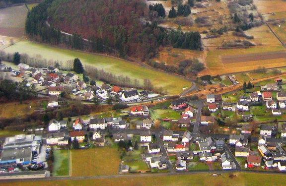 Quotshausen, Ortseingang. Luftaufnahme. Links unten das Autohaus Achenbach.