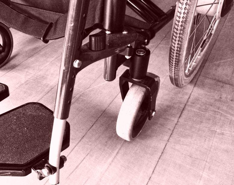 Unterer Teil eines Rollstuhls Stückweise zu sehen. Auf linoleum