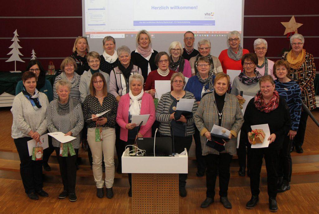 Rund 40 Frauen stellen sich im Kreishaus zum Gruppenfoto auf. Sie halten ihre Urkunden vor sich. Der Altersschnitt liegt bei etwa 50 bis 60 Jahren.