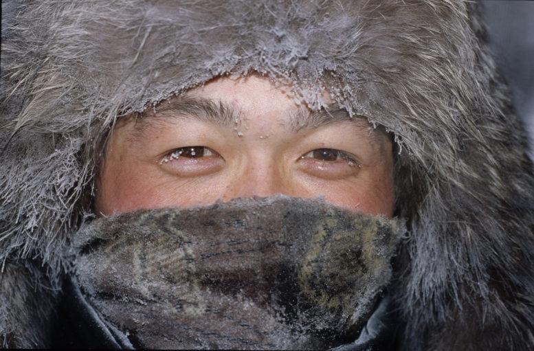 Ein Innuit - dick in Fellkleidung eingemummelt - nur der Kopf ist zu sehen.