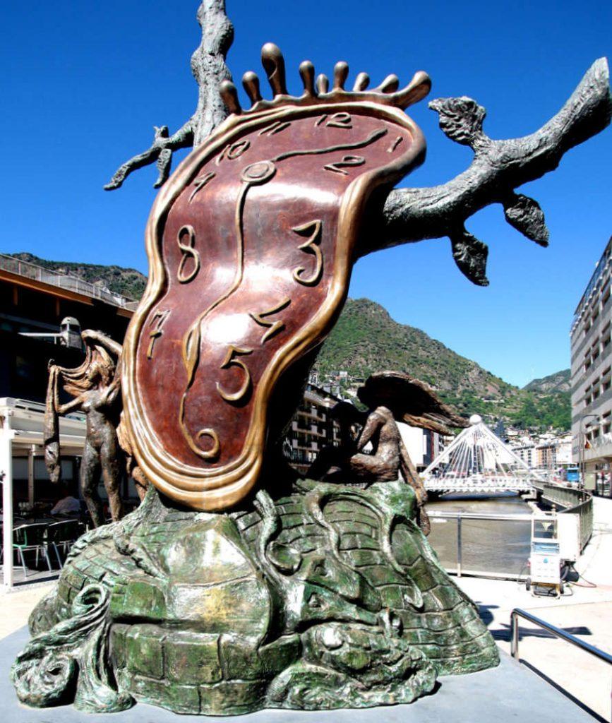 Salvador Dalis Skulptur der verrinnenden Zeit vor blauem Himmel.