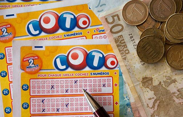 Lottoscheine, ein Kugelschreiber, Bargeld.