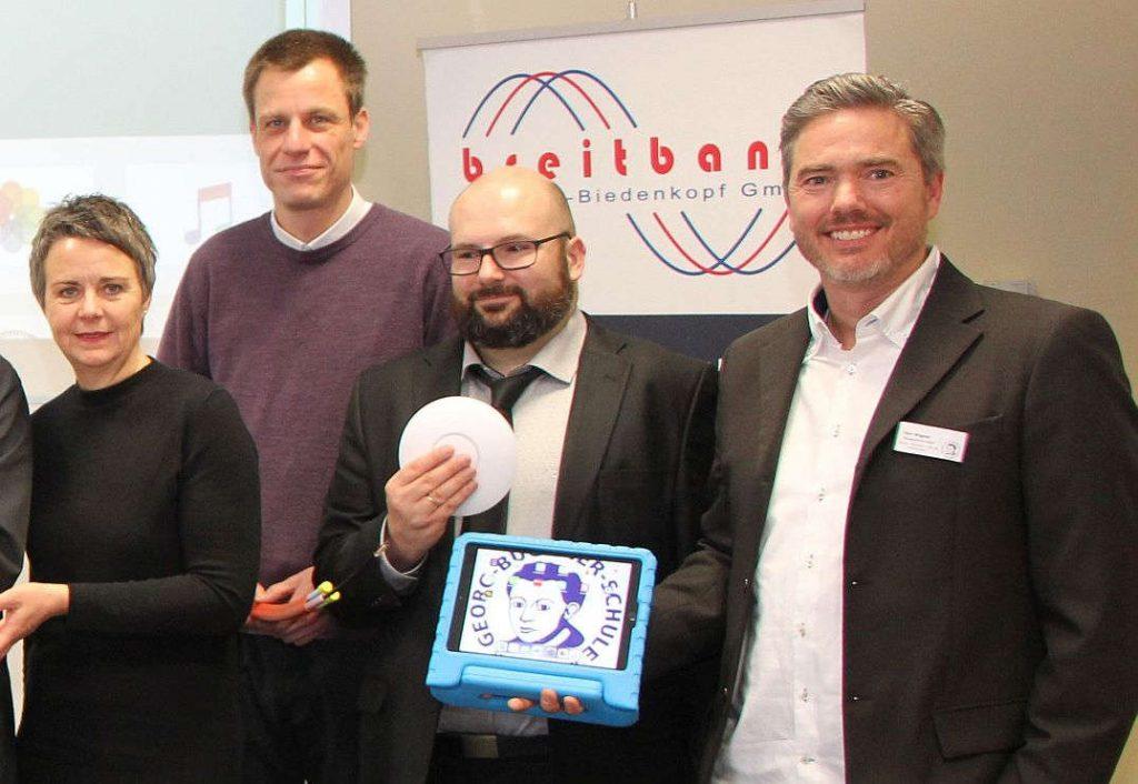 Landrätin Fründt und drei weitere offizielle Vertreter stellen sich zum Gruppenfoto.