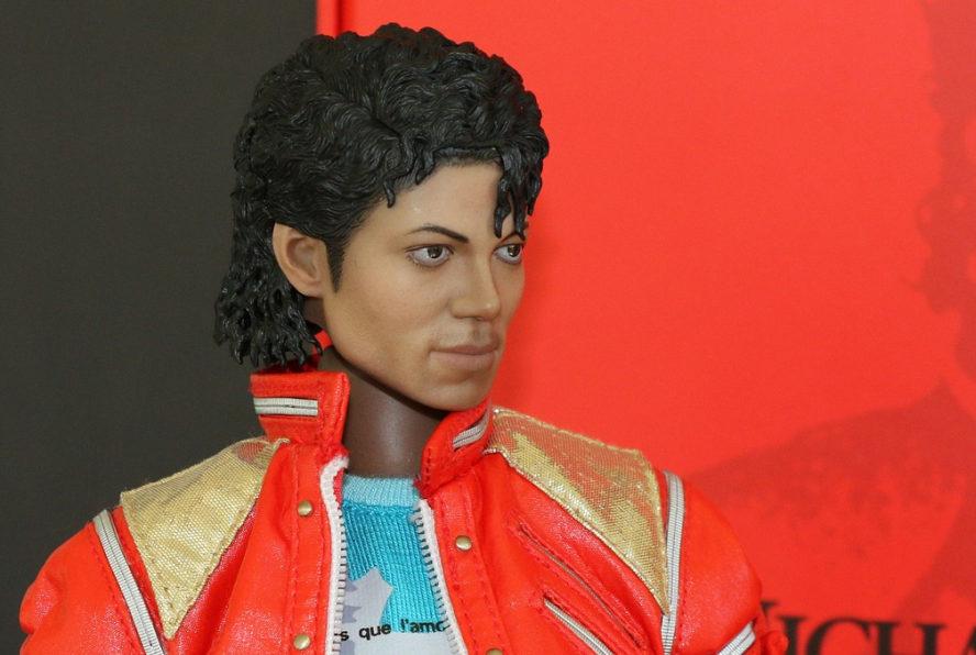 Michael Jackson als Wachsfigur. Mittelmäßig gut nachgeahmt vor schwarz-rotem Hintergrund.