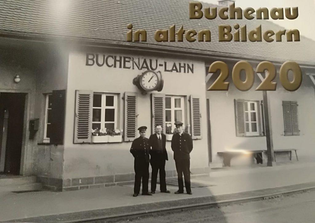 Kalender-Titelbild 2020. Alter Bahnhof Buchenau-Lahn (so steht es auch am Gebäude). Davor zwei Schaffner in Uniform und ein Zivilist in Anzug.