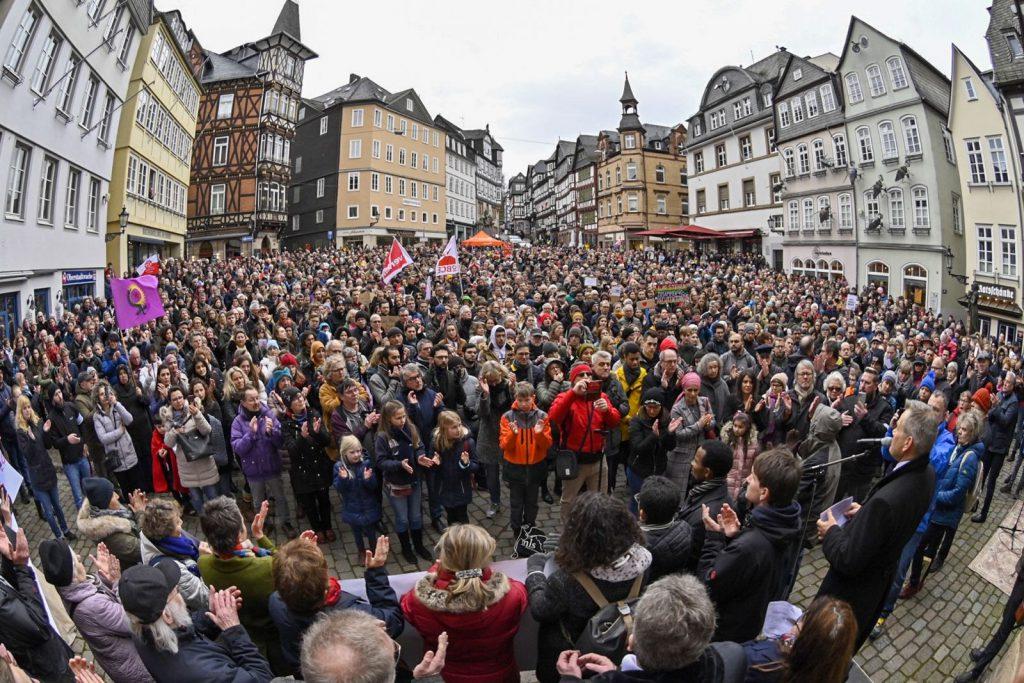 Mehr als 4000 Menschen haben sich  auf dem Marktplatz versammelt.