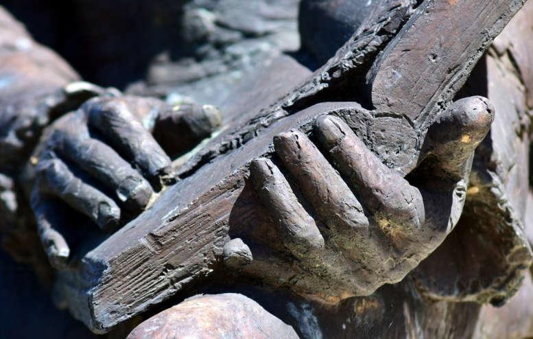 Statue (Ausschnitt) Buch, aufgeschlagen, Hände.
