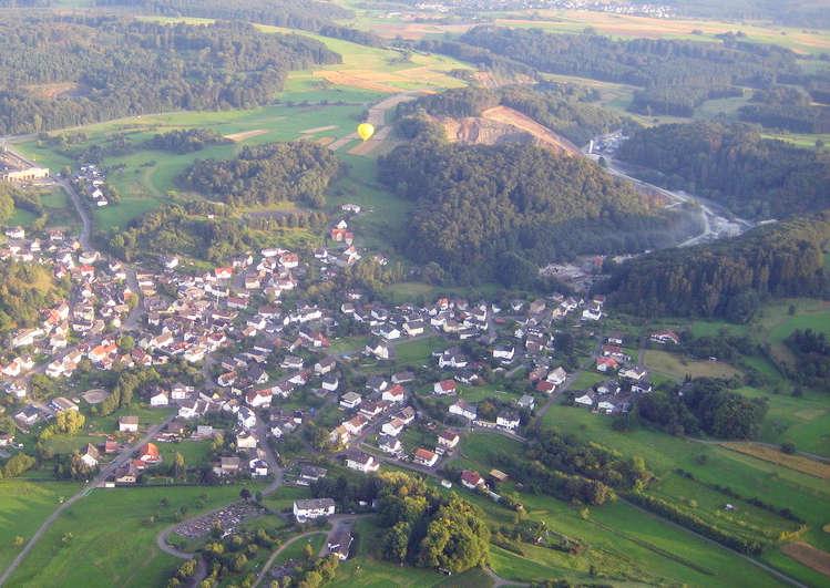 Luftaufnahme von Steinperf und Umgebung.