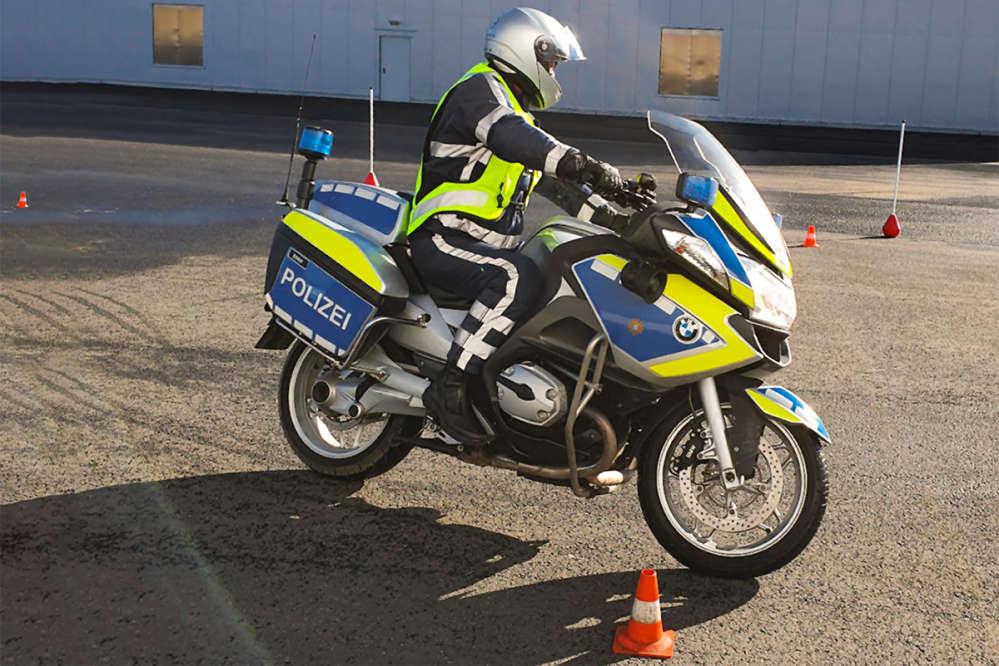Polizeimotorrad mit Fahrer beim Sicherheitstraining auf dem Parcour.