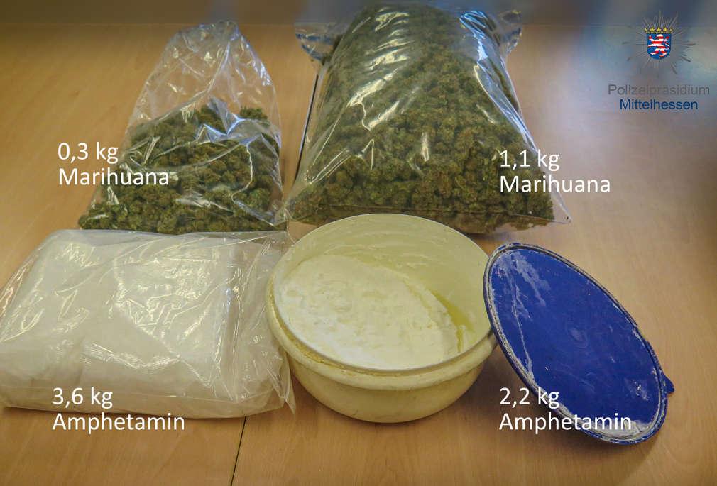 Drogen auf einem Tisch. Marihuana, Amphetamin. In Tüten und einer Schüssel.
