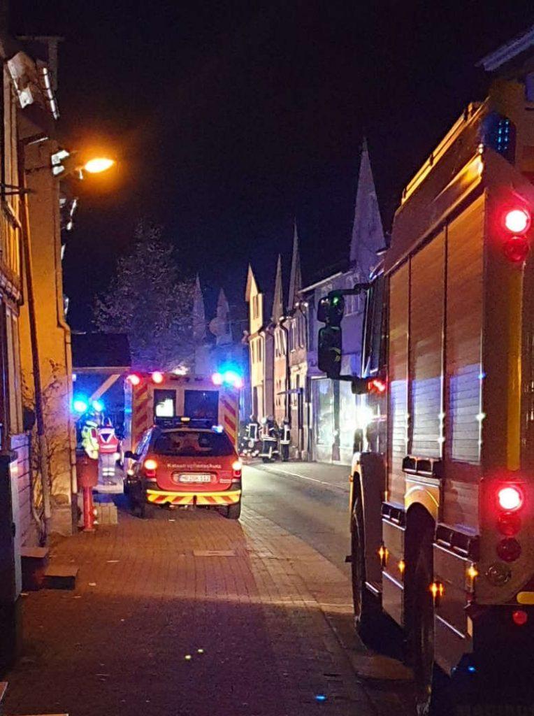 Straße. 2 Feuerwehr-Einsatzfahrzeuge und ein Einsatz-Pkw.