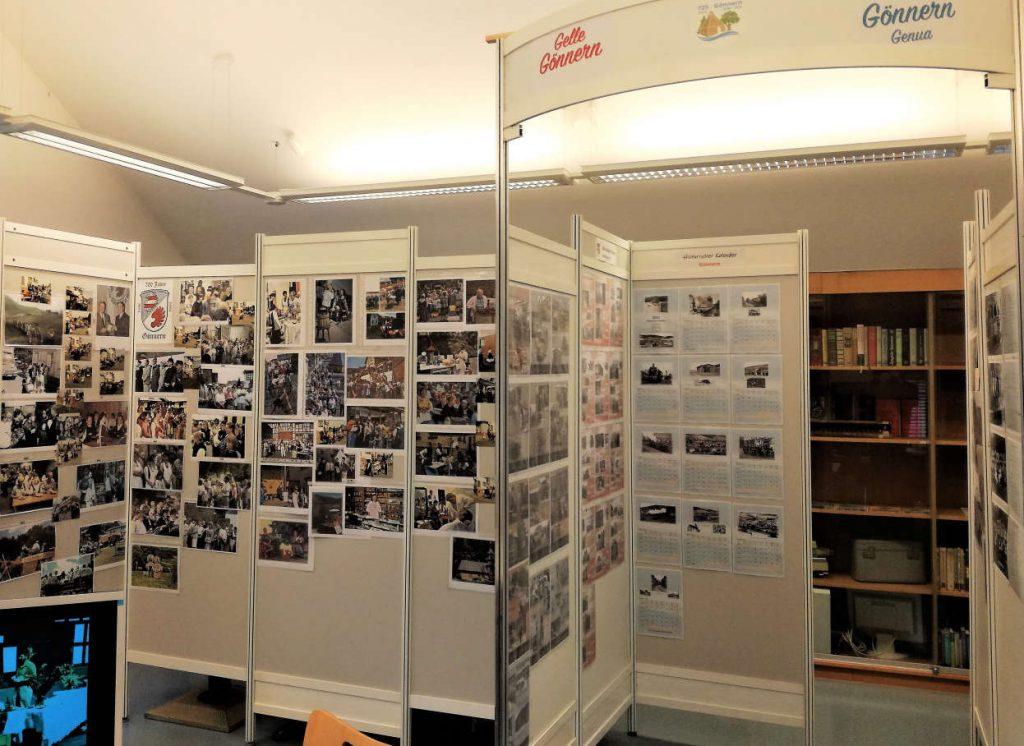 Blick in den Ausstellungsraum: Stellwände mit Fotos an allen Ecken. Vorn ein Monitor mit weiteren Aufnahmen.