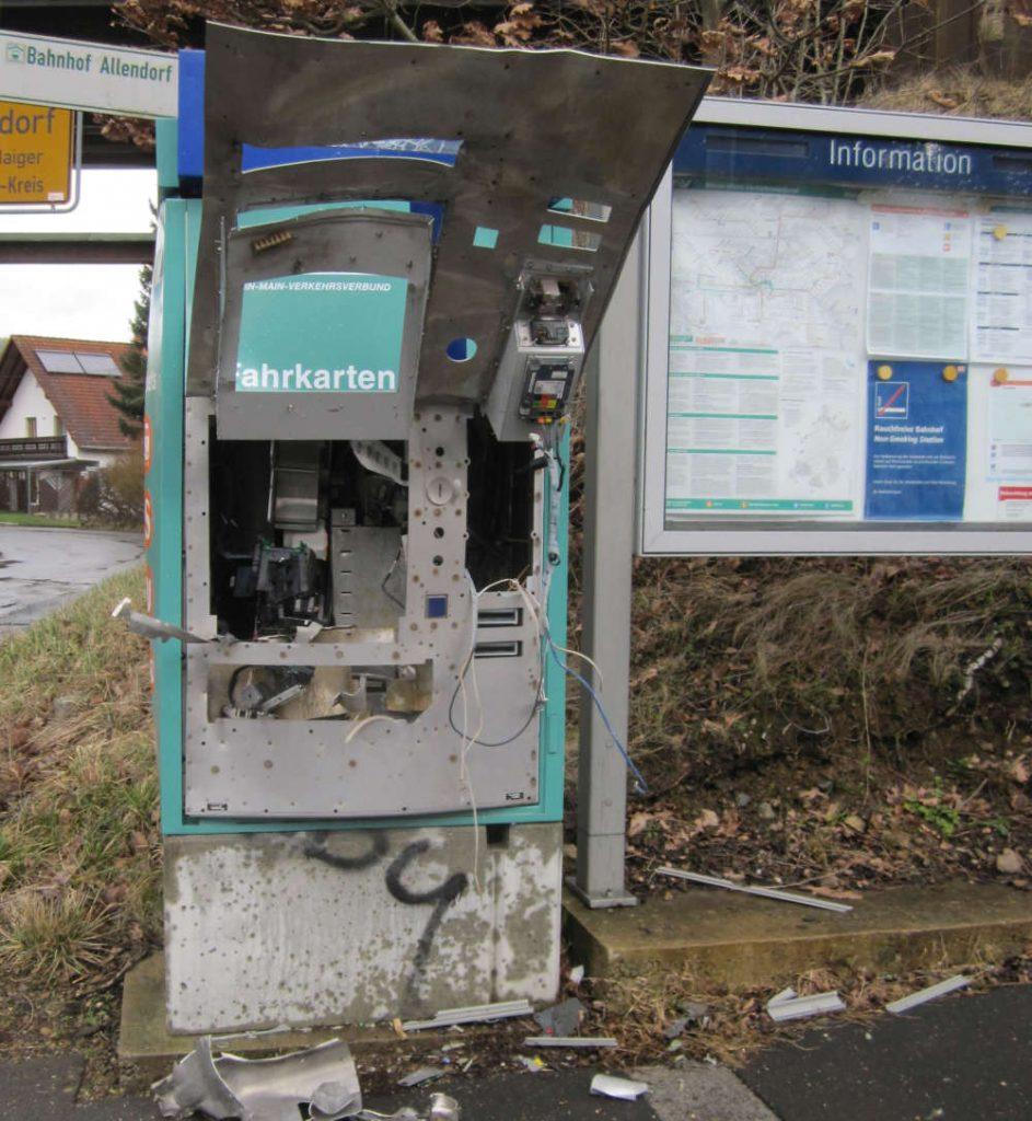 Sprengung eines Fahrkartenautomaten hinterlässt dieses defekte Objekt. Trümmerteile liegen herum.