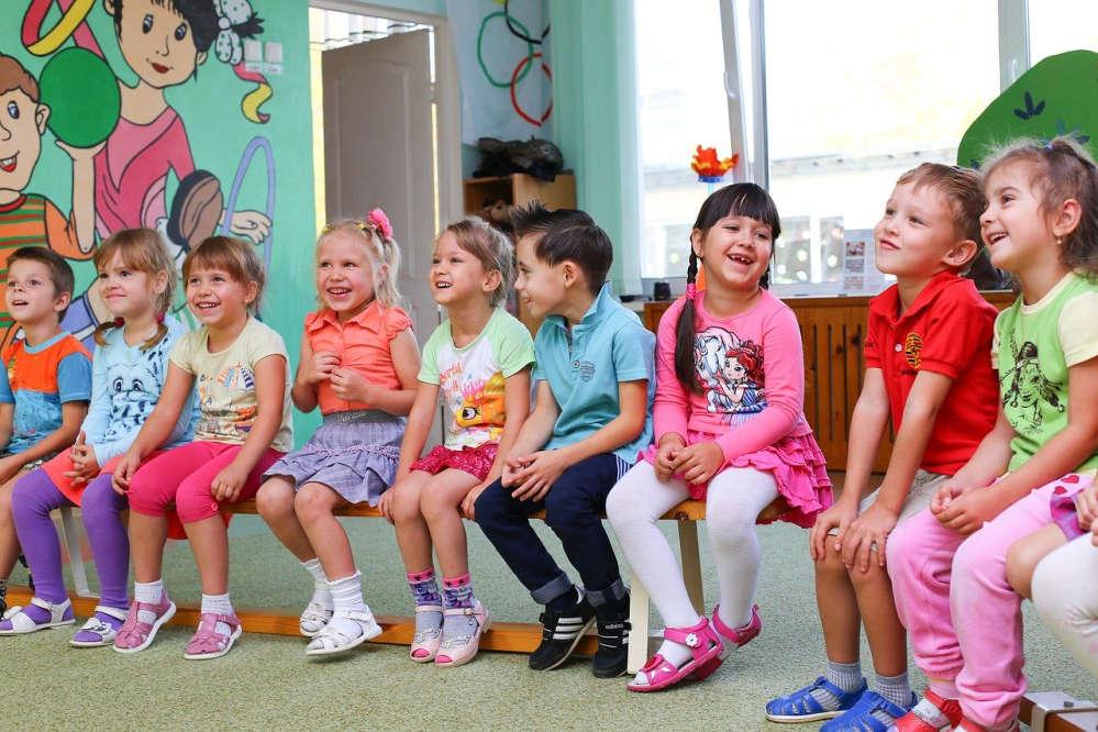 Mdchen und Jungs im Spielkreis des Kindergartens