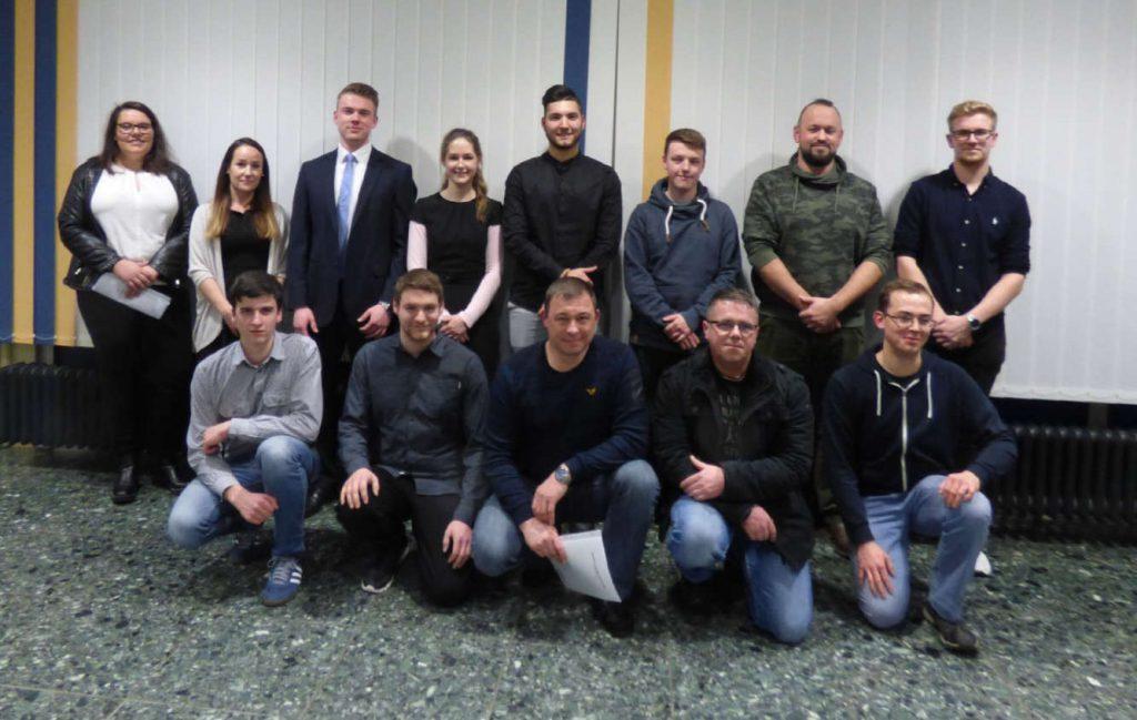 13 Schülerinnen und Schüler (eine Reihe stehend, eine Reihe hockend) beim Gruppenfoto.