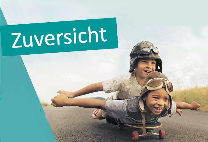 2 Kinder bäuchlings auf einem Skateboard auf der Straße.