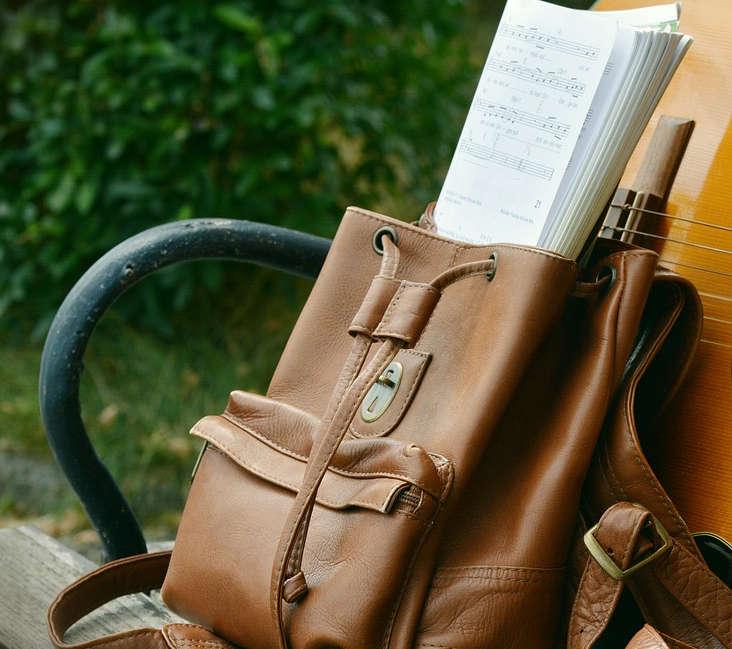 Ein Rucksack steht auf einer Bank