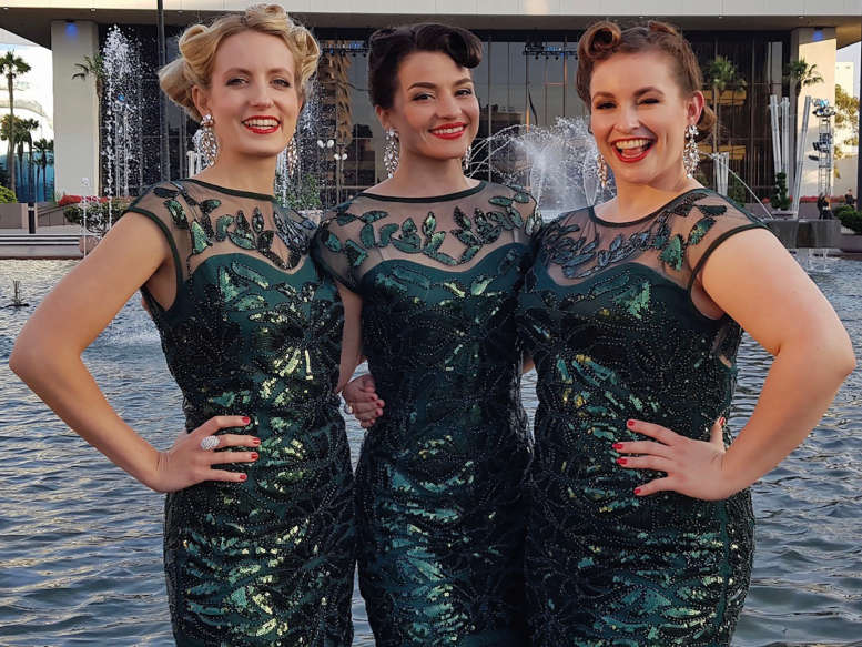 3 sexy Ladies in grünen Kleidern