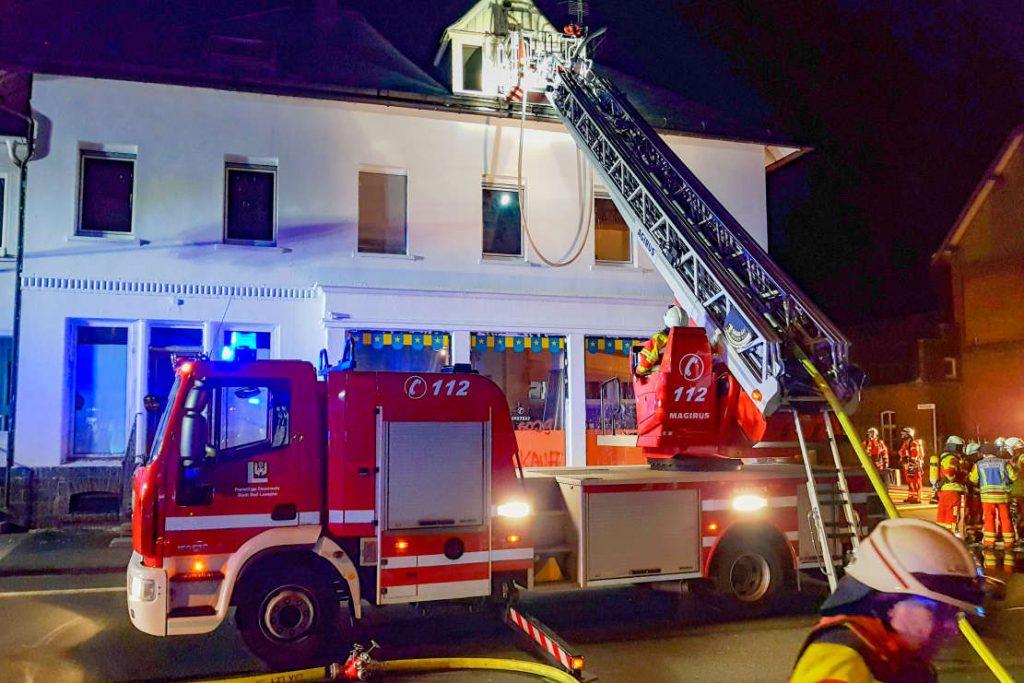 Feuerwehr mit Drehleiter beim Einsatz