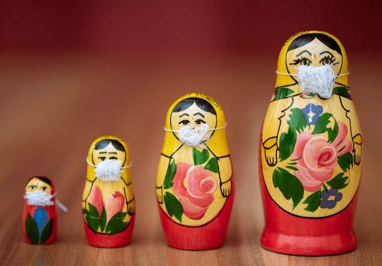 4 russische Puppen mit Mund-/Nasebedeckung