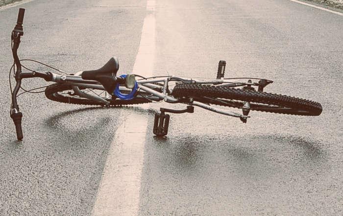Rad liegt auf einer Straße. Kein Fahrer zu sehen.