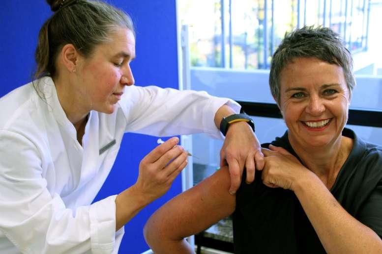 Ärztin impft Frau