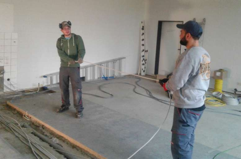 2 Bauarbeiter führen ihre Aufträge in einer der Schulen des Landkreises aus.