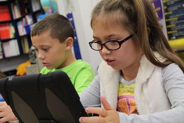 2 Schüler arbeiten - Mädchen und Junge