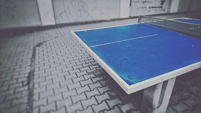 Outdoor-Tischtennisplatte auf gepflastertem Schulhof