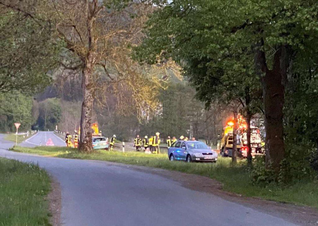 Abschleppfahrzeug, Polizei und Rettungsfahrzeuge an der Unfallstelle, ebenso Feuerwehrleute