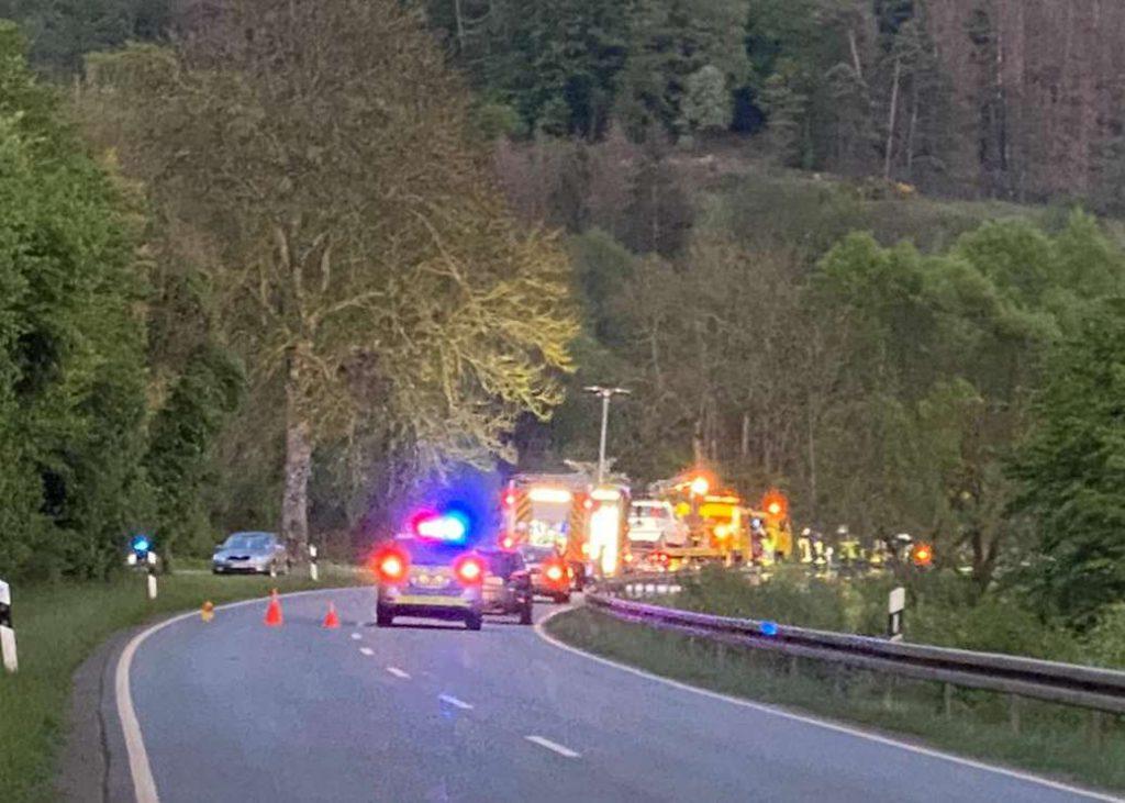 Abschleppfahrzeug, Polizei und Rettungsfahrzeuge an der Unfallstelle