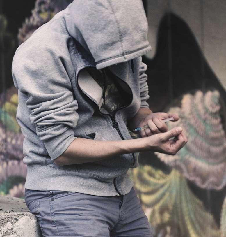 junger Mann spritz sich Heroin