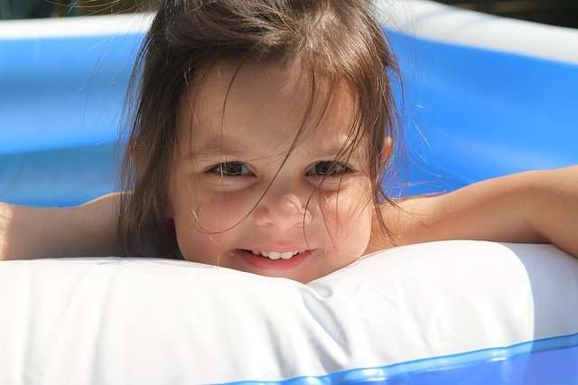Kind in blauem Pool