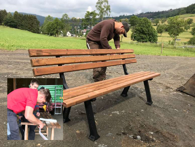 Freiwillige beim Reparieren der Bänke