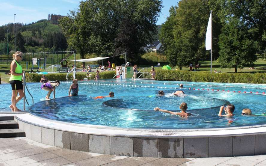 Badmeisterin und Schwimmer am/im Freibad