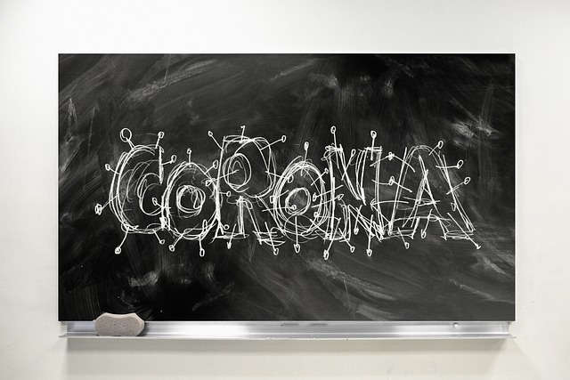 """Eine Tafel mit """"Corona""""-Schriftzug"""
