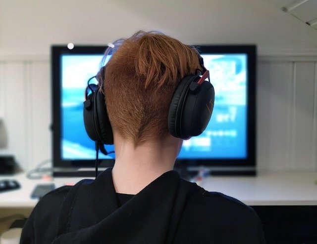 Junge zockt am PC