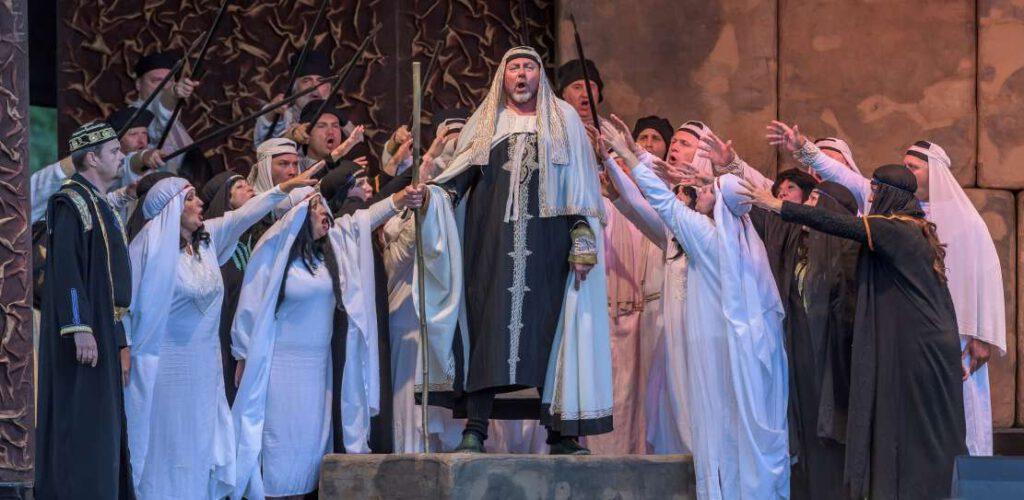 Historisch gekleidete Sängerinnen und Sänger auf der Bühne