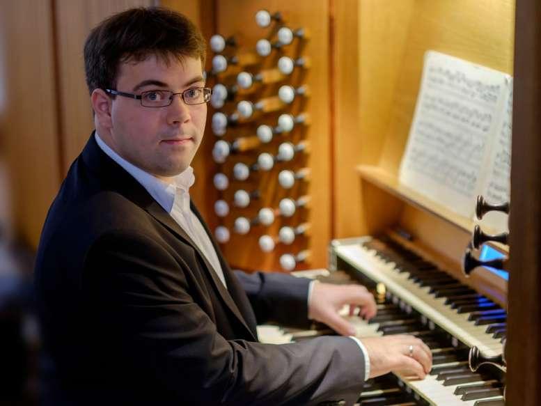 Organist an der Orgel