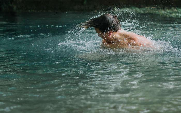 Mann badet in einem See