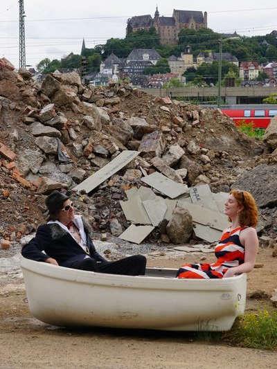 Pärchen in einem Boot - im Hintergrund das Marburger Schloss