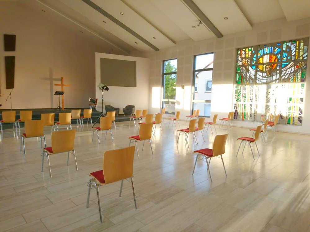 Gemeindehaus von innen mit weit auseinanderstehenden Stühlen
